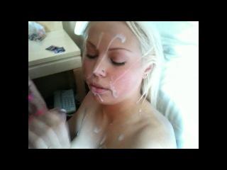 Блондинка получает порцию спермы на своё милое личико